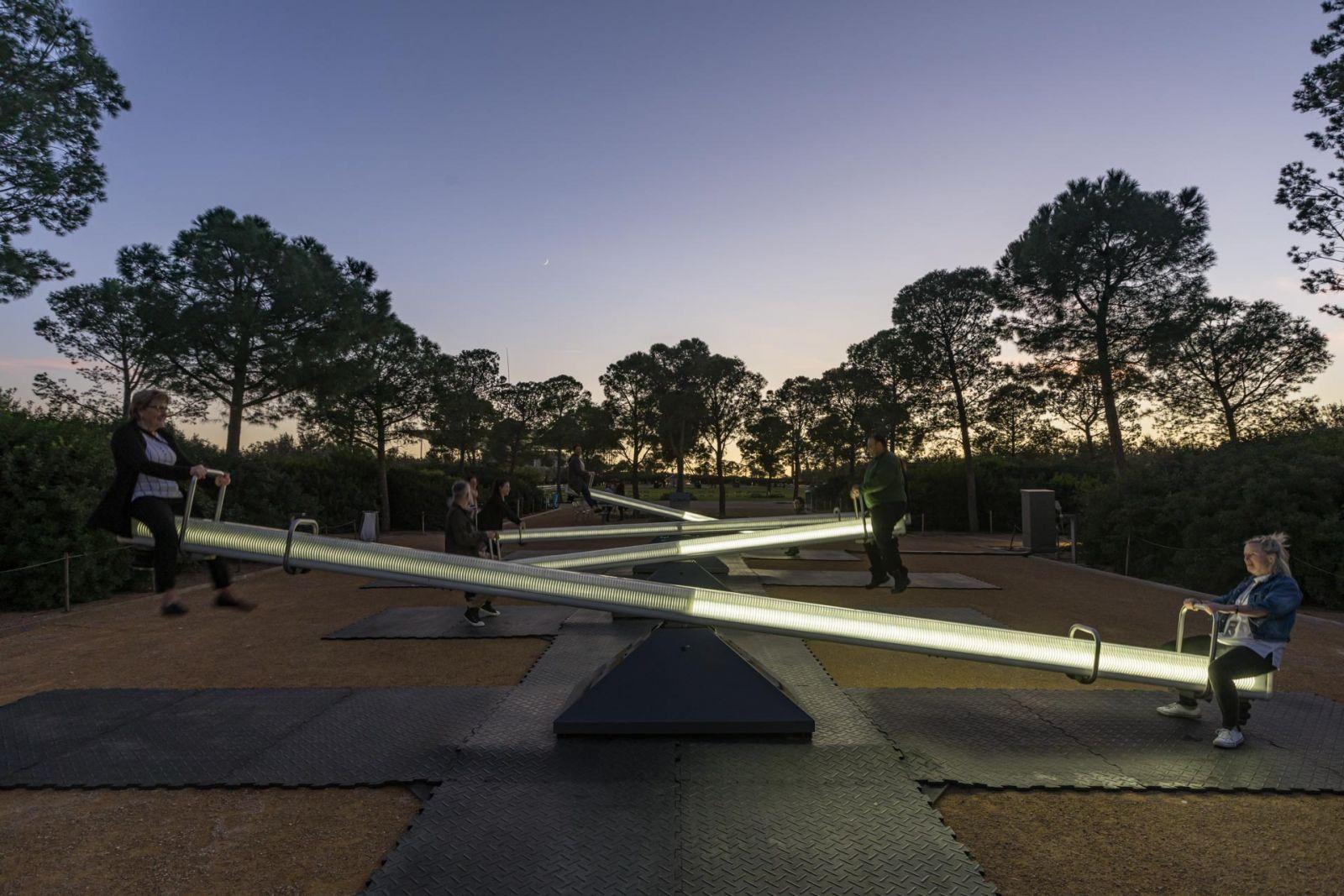 Φωτογραφία από τη φωτεινή εγκατάσταση The Wave-Field στο Πάρκο Σταύρος Νιάρχος