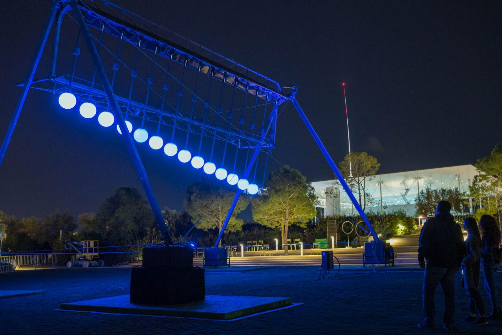 Φωτογραφία από τη φωτεινή εγκατάσταση Large Pendulum Wave στο Πάρκο Σταύρος Νιάρχος