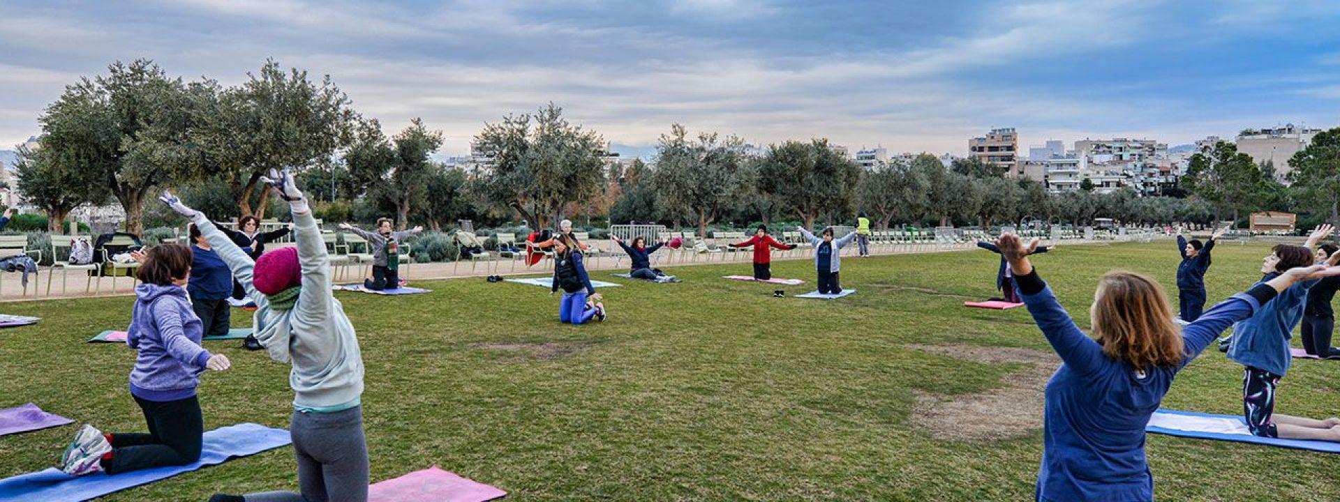 Φωτογραφία που απεικονίζει ανθρώπους να κάνουν Mat Pilates