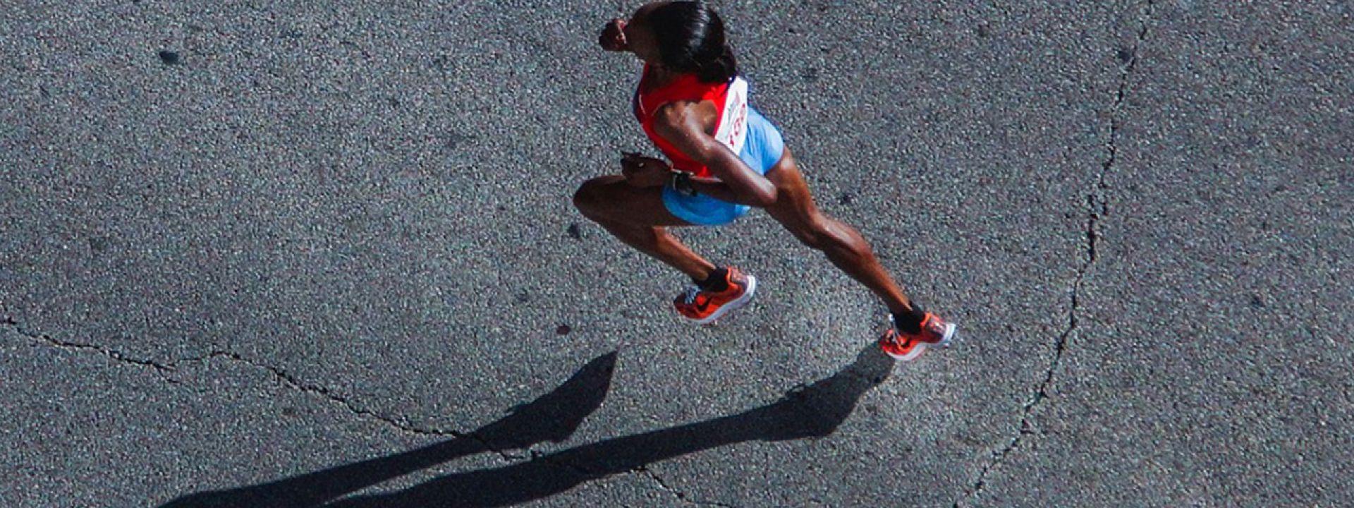 Φωτογραφία ενός κοριτσιού που τρέχει