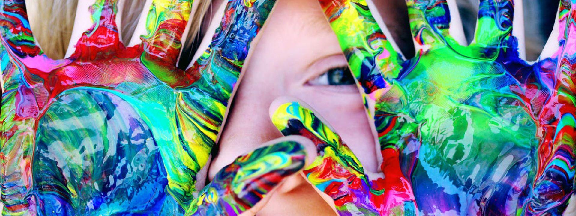 Φωτογραφία από παιδί που παίζει με τα χρώματα