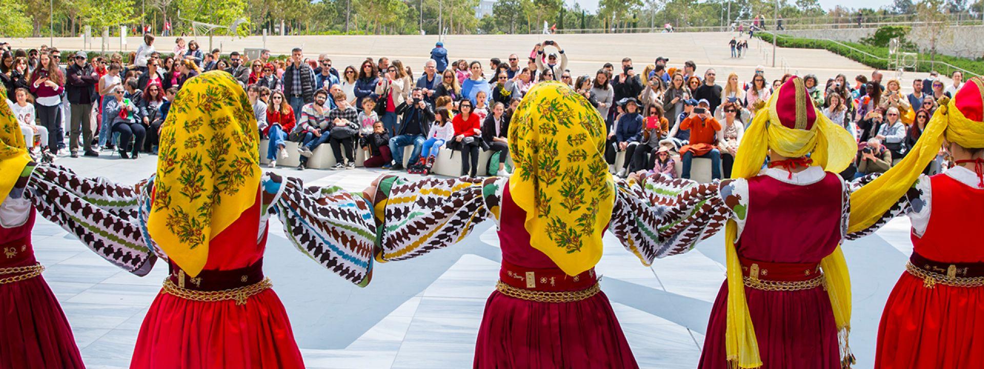 Φωτογραφία από χορευτές που χορεύουν ελληνικούς παραδοσιακούς χορούς στο ΚΠΙΣΝ