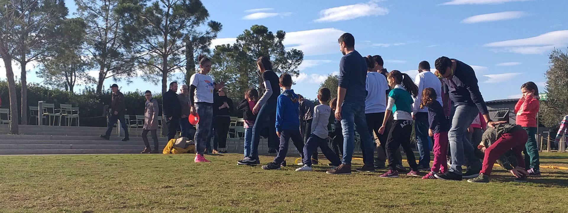 Φωτογραφία από παιδιά και ενήλικες που συμμετέχουν σε διασκεδαστικές δραστηριότητες και παιχνίδια στο Πάρκο Σταύρος Νιάρχος
