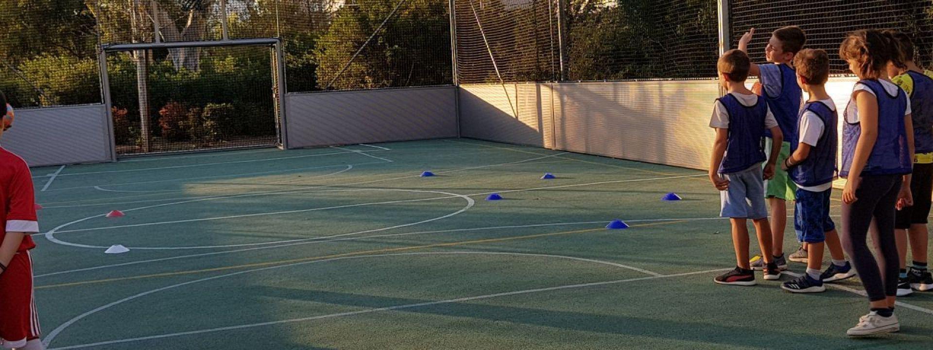 Φωτογραφία που απεικονίζει παιδιά να παίζουν ποδόσφαιρο