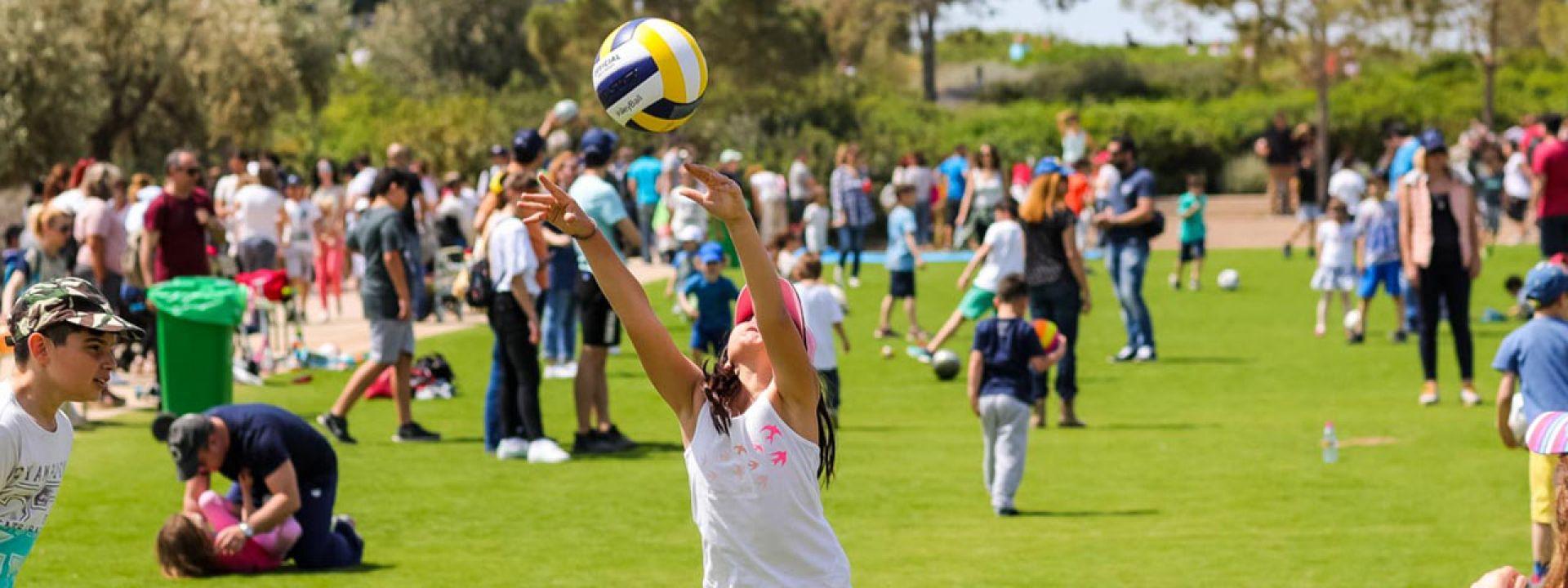 Φωτογραφία από παιδιά που παίζουν με μπάλες στο Πάρκο Σταύρος Νιάρχος