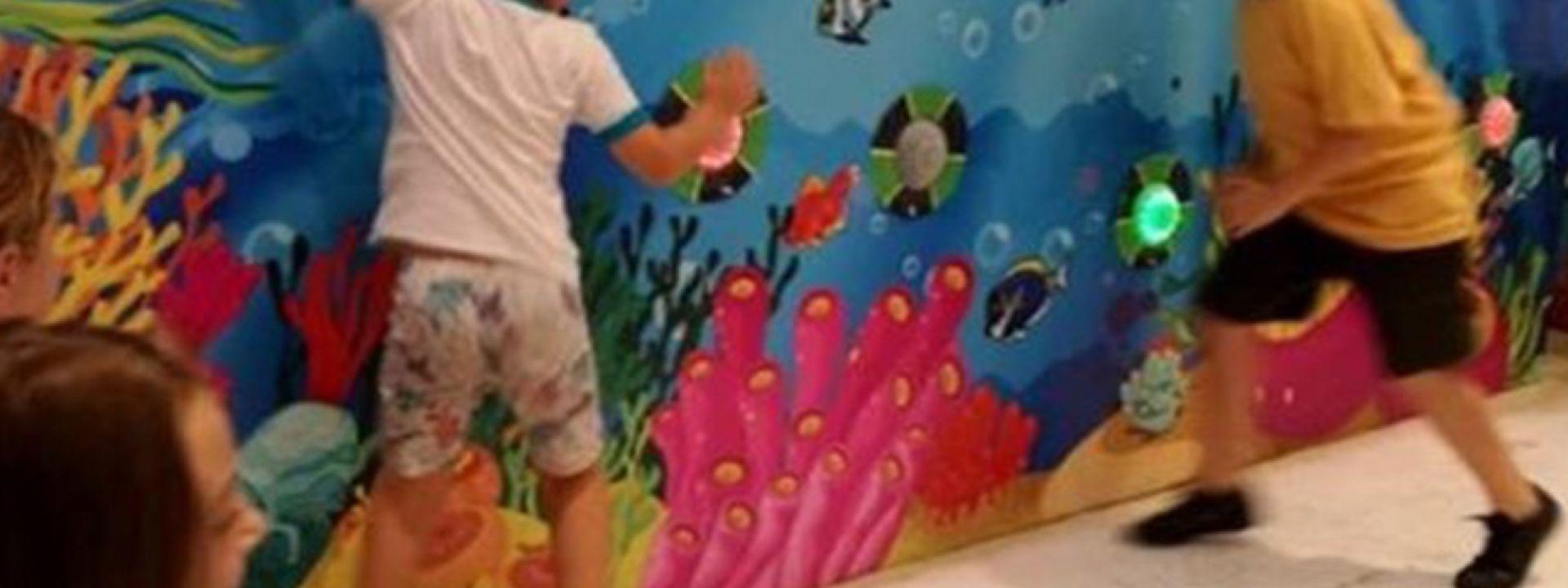 Φωτογραφία με παιδιά που παίζουν σε interactive wall