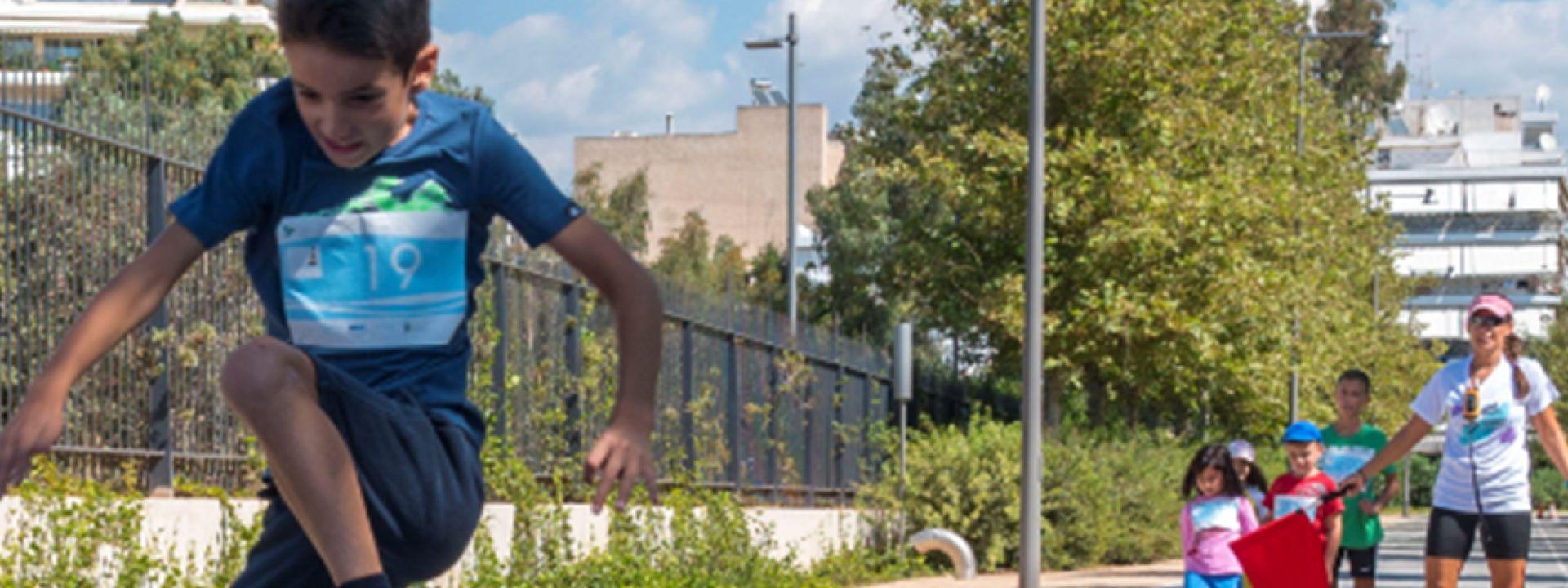 Φωτογραφία παιδιού που χοροπηδάει