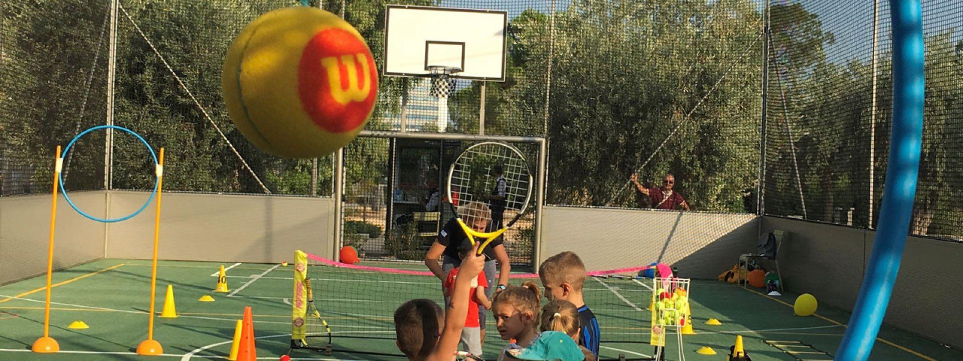 Φωτογραφία από παιδιά που παίζουν mini tennis σε ειδικά διαμορφωμένο γήπεδο