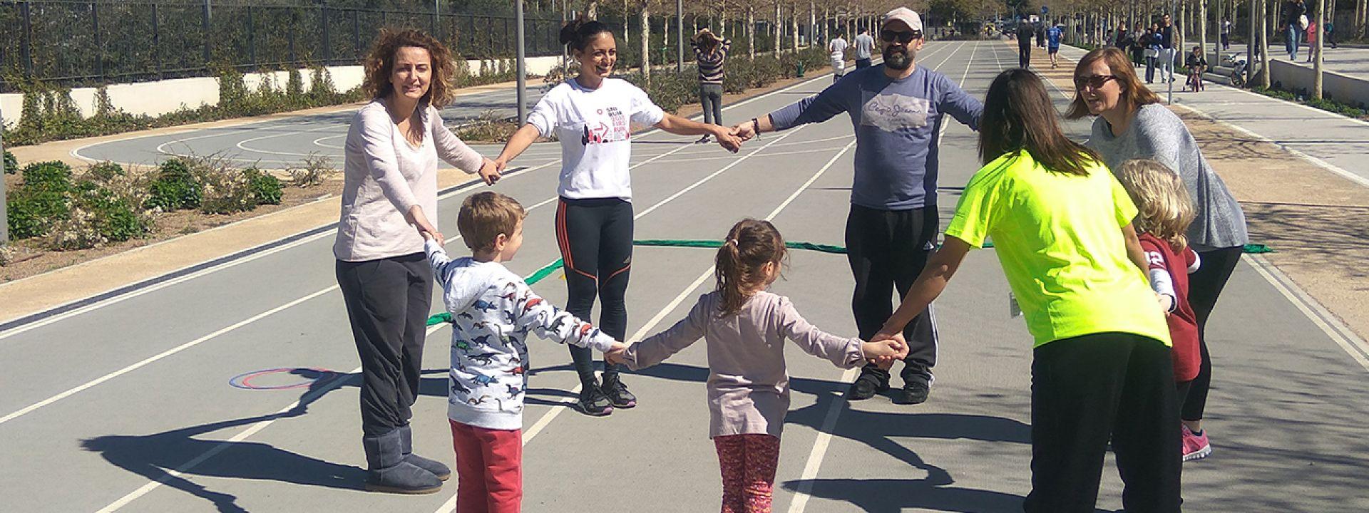 Φωτογραφία που απεικονίζει ενήλικες και παιδιά να στέκονται σε κύκλο
