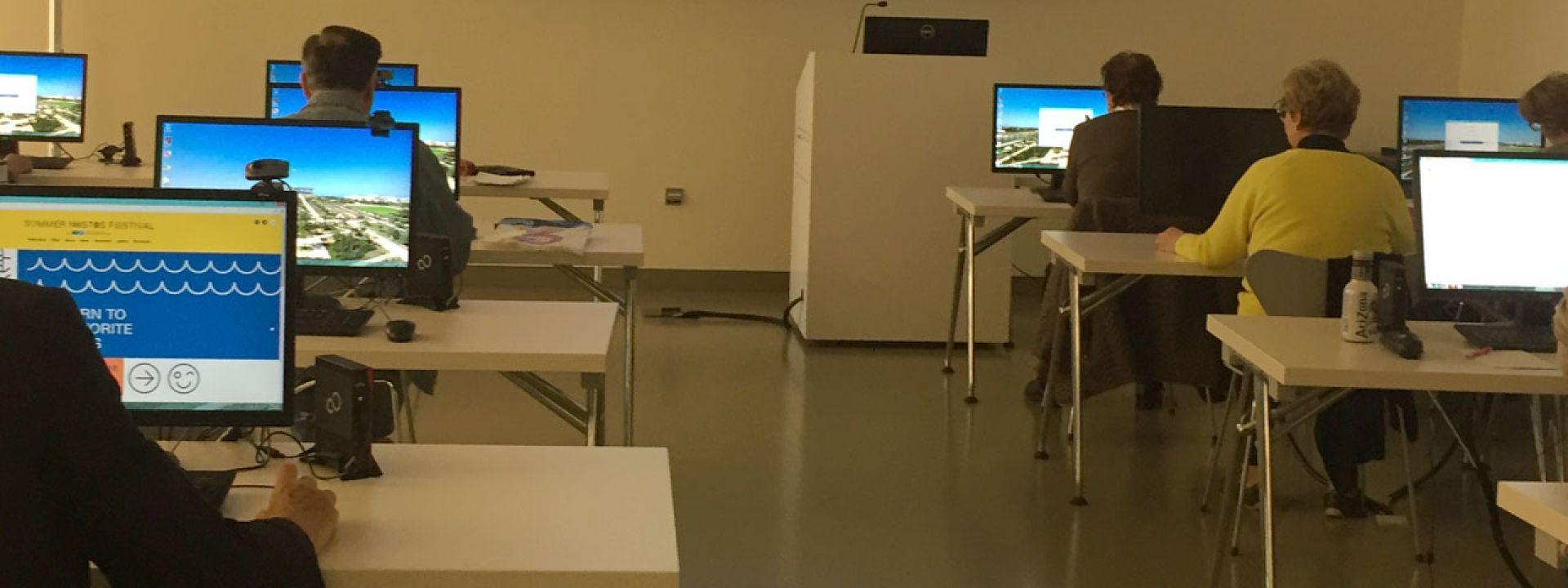 Φωτογραφία από μαθήματα υπολογιστών στο ΚΠΙΣΝ