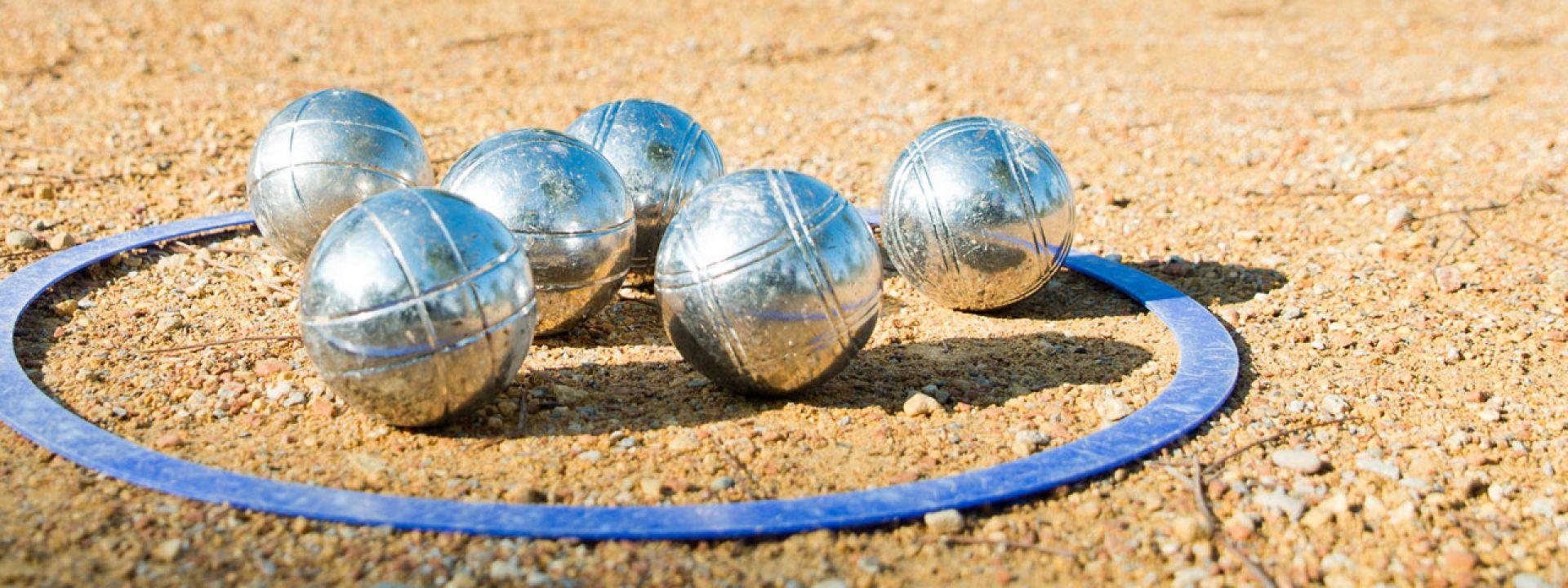 Φωτογραφία από σιδερένιες μπάλες που χρησιμοποιούνται στο άθλημα pétanque