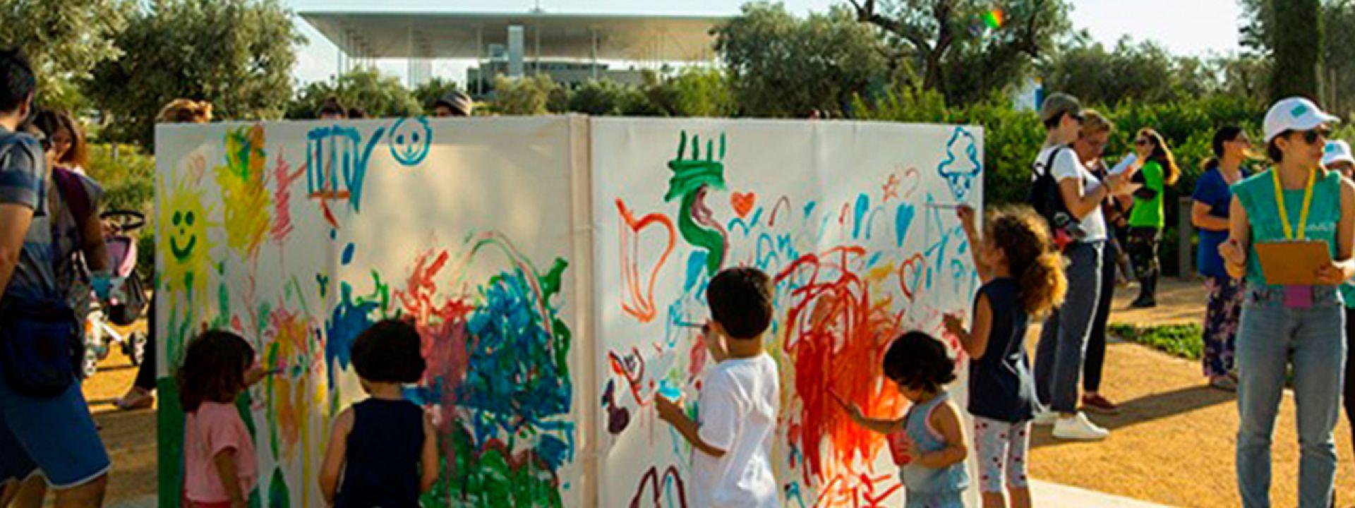 Φωτογραφία απο παιδιά που ζωγραφίζουν