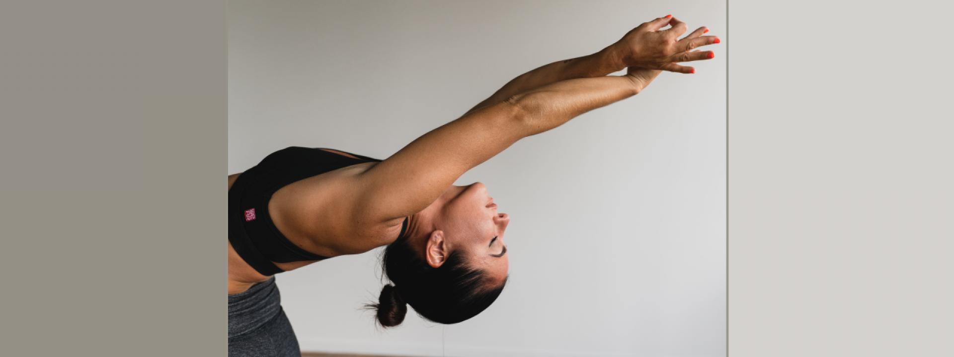 Φωτογραφία από αθλήτρια που εκτελεί ασκήσεις yoga