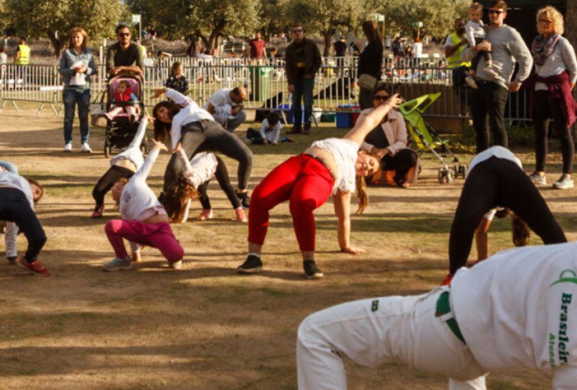 Φωτογραφία που απεικονίζει οικογένειες να κάνουν Capoeira