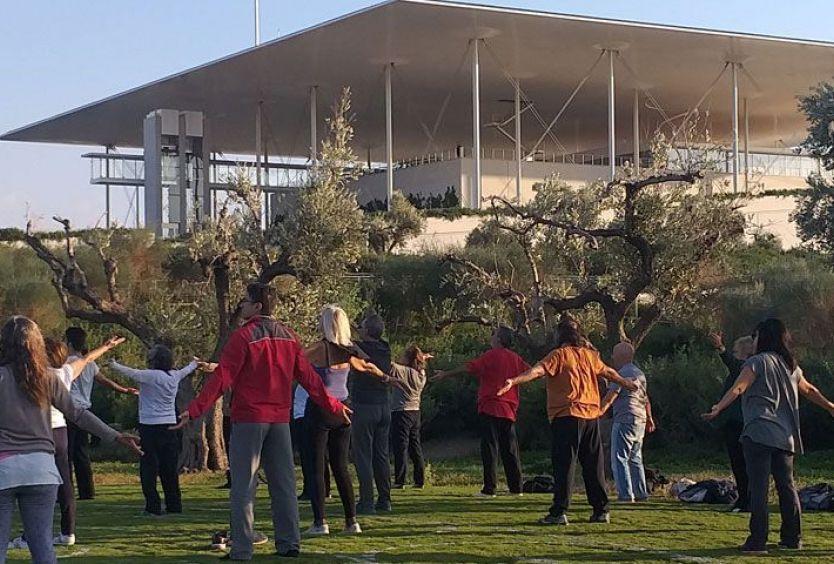 Φωτογραφία που απεικονίζει ανθρώπους να κάνουν Qigong