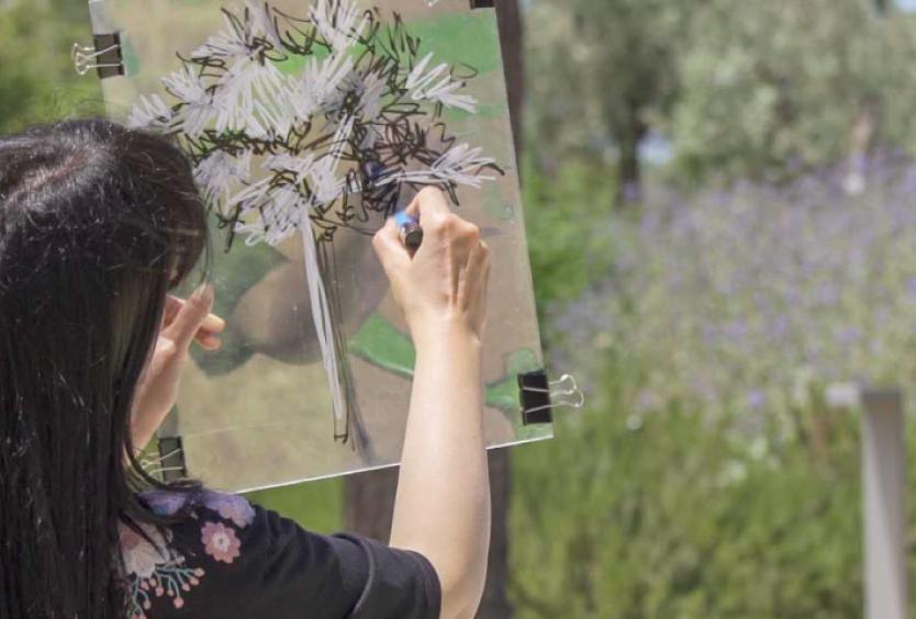 Φωτογραφία από την εικαστικό Χριστίνα Τσινισιζέλη που φτιάχνει ζωγραφιές και χειροτεχνίες στο Πάρκο Σταύρος Νιάρχος