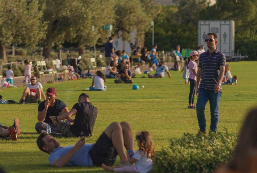 Φωτογραφία από επισκέπτες που βολτάρουν και διασκεδάζουν στο καταπράσινο Πάρκο Σταύρος Νιάρχος
