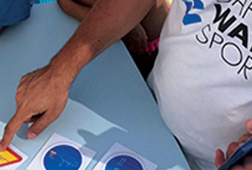 Φωτογραφία από ειδικό του Safe Water Sports που δίνει οδηγίες στα παιδιά