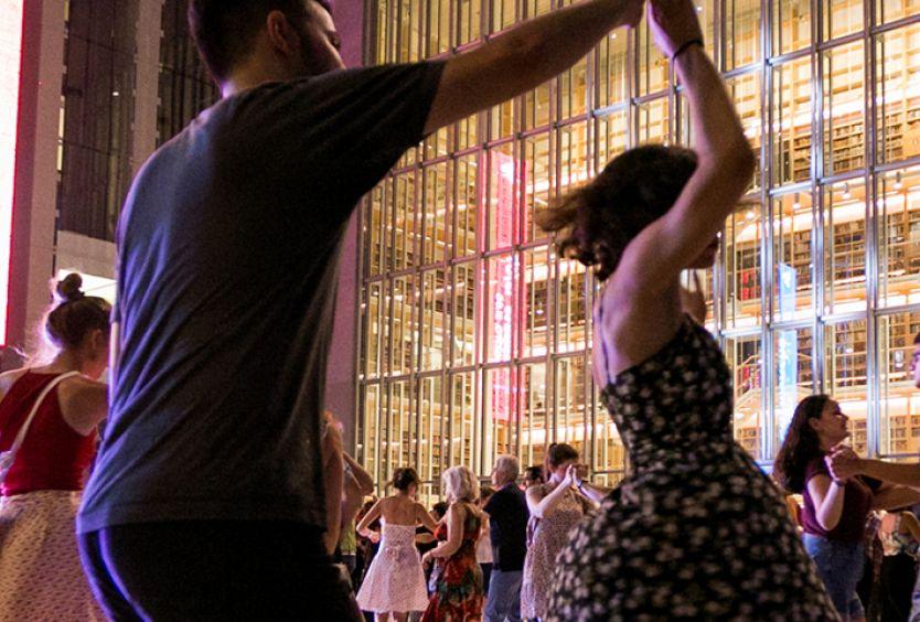 Φωτογραφία που απεικονίζει ανθρώπους να χορεύουν swing
