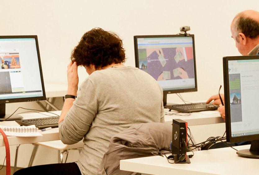 Φωτογραφία που απεικονίζει άτομα μέσα στην Αίθουσα Υπολογιστών