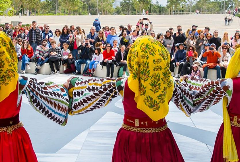 Φωτογραφία από ομάδα που χορεύει παραδοσιακούς χορούς στην Αγορά του ΚΠΙΣΝ