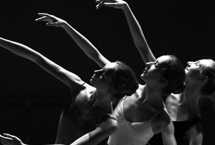 Φωτογραφία από χορεύτριες που κάνουν πρόβα μπαλέτου