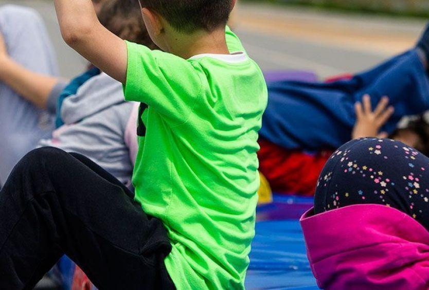 Φωτογραφία που απεικονίζει παιδιά να κάνουν Δημιουργική Ενόργανη