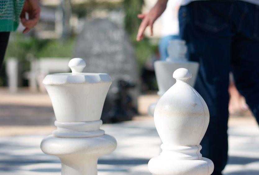 Φωτογραφία από μεγάλα πιόνια σκακιού σε εξωτερικό χώρο