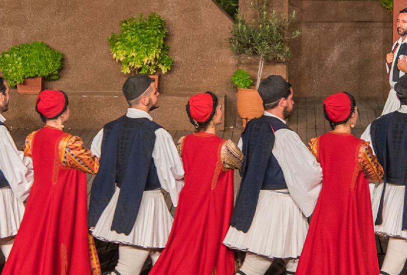 Φωτογραφία που απεικονίζει την ομάδα της Σχολής Δόρα Στράτου να χορεύει παραδοσιακούς χορούς