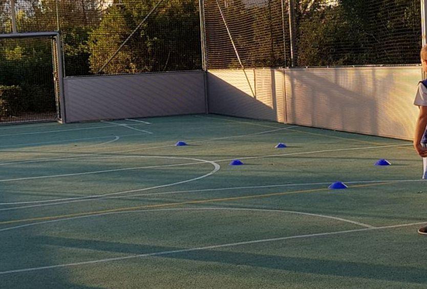 Φωτογραφία από παιδιά που παίζουν ποδόσφαιρο στο γήπεδο του Πάρκου