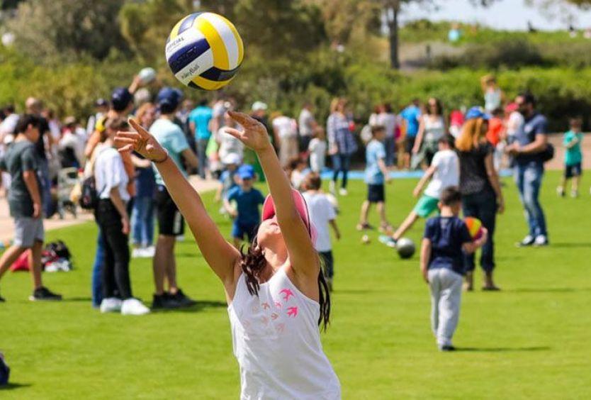 Φωτογραφία που απεικονίζει παιδιά να παίζουν με μπάλα του volley στο πάρκο