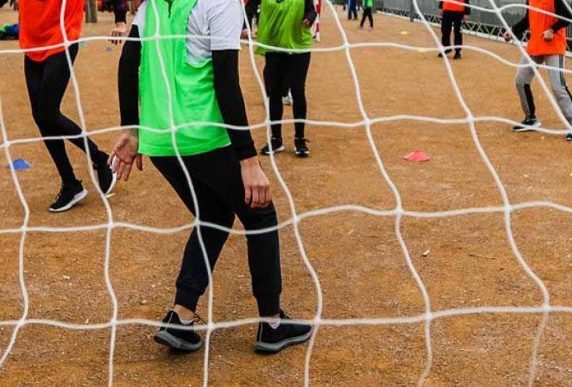 Φωτογραφία που απεικονίζει παιδιά να παίζουν handball