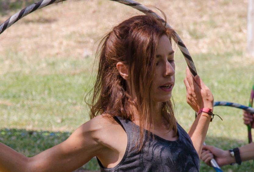 Φωτογραφία από άτομα που εξασκούνται στο hula hoop