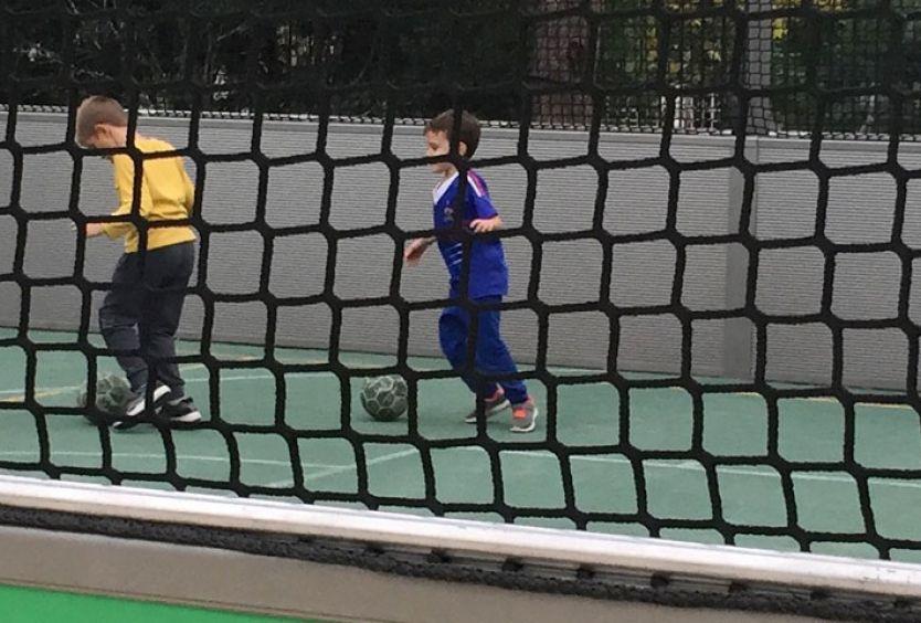 Φωτογραφία με παιδιά που παίζουν ποδόσφαιρο