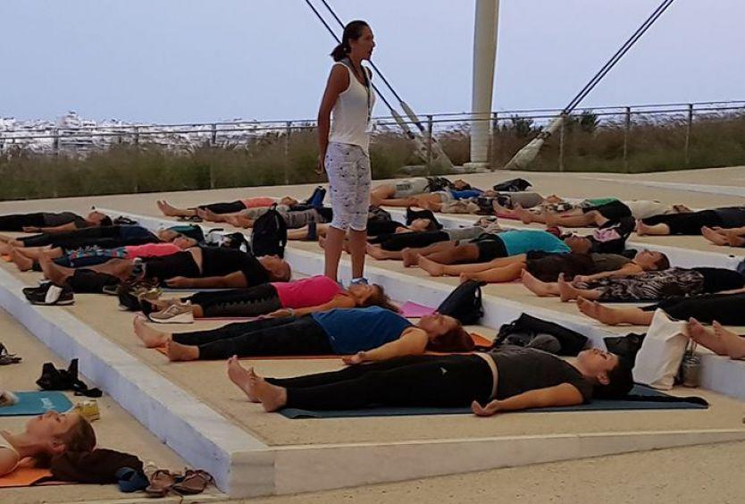 Φωτογραφία που απεικονίζει ανθρώπους να κάνουν pilates στο ΚΠΙΣΝ
