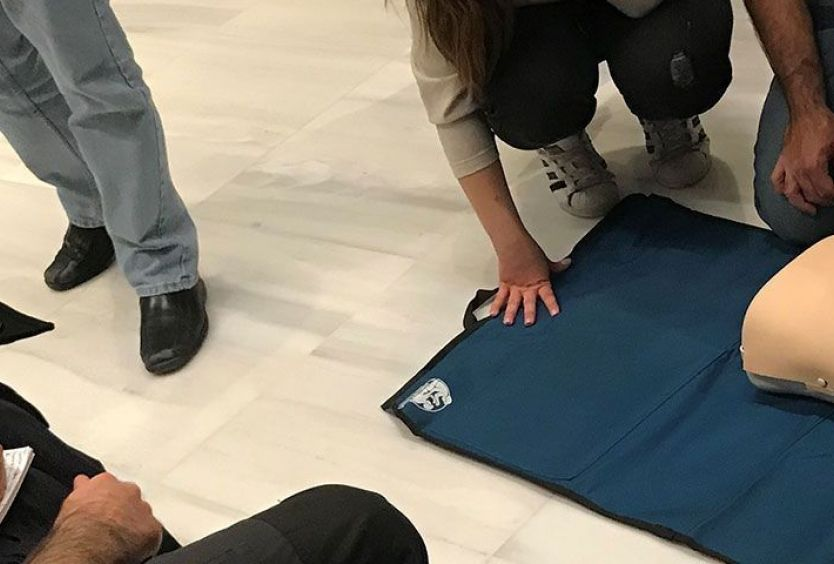 Φωτογραφία που απεικονίζει μάθημα πρώτων βοηθειών