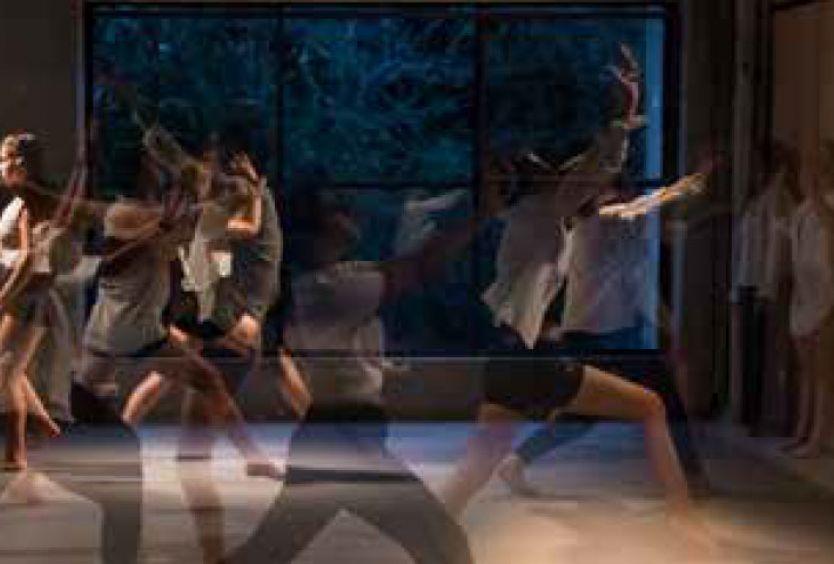 Φωτογραφία από νέους που χορεύουν