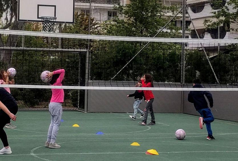 Φωτογραφία που απεικονίζει παιδιά να παίζουν volley