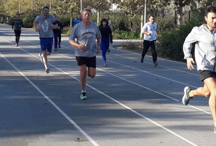Φωτογραφία που απεικονίζει ομάδα ατόμων να τρέχουν