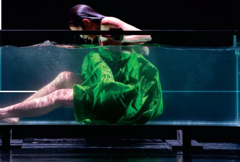 Φωτογραφία που αποτυπώνει ένα δυνατό στιγμιότυπο από την παράσταση SIREN