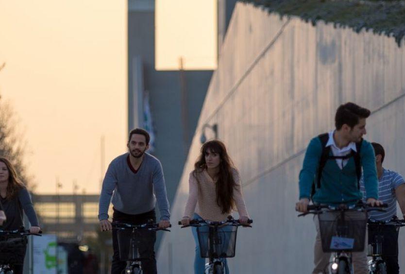 Φωτογραφία από άτομα να κάνουν ποδήλατο στο ΚΠΙΣΝ