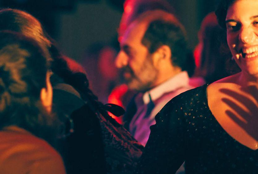 Φωτογραφία από παρέες που χορεύουν