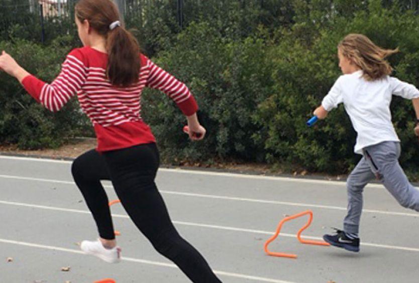 Φωτογραφία από παιδιά που κάνουν ασκήσεις στίβου