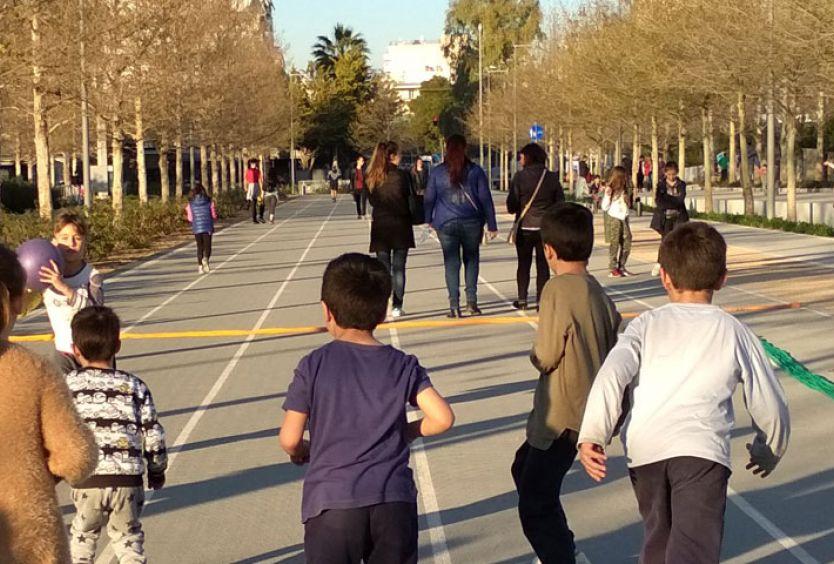 Φωτογραφία που απεικονίζει ενήλικες και παιδιά να παίζουν