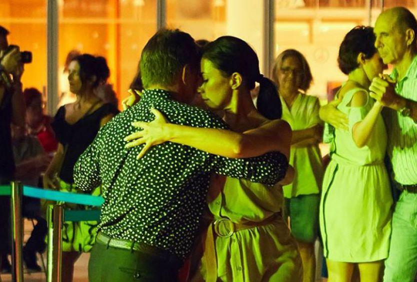 Φωτογραφία ενός ζευγαριού που χορεύει tango