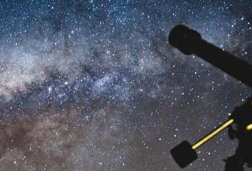 Φωτογραφία που απεικονίζει τα αστέρια και ένα τηλεσκόπιο