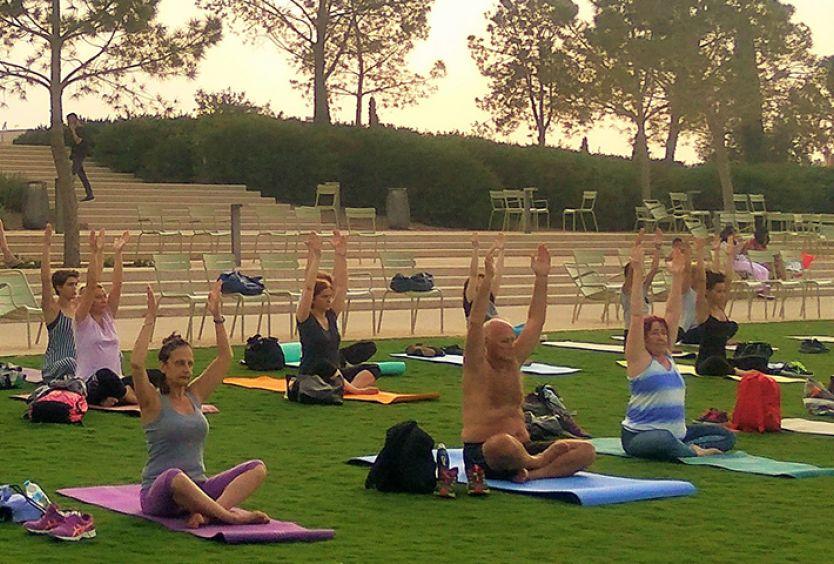 Φωτογραφία που απεικονίζει ανθρώπους να κάνουν yoga