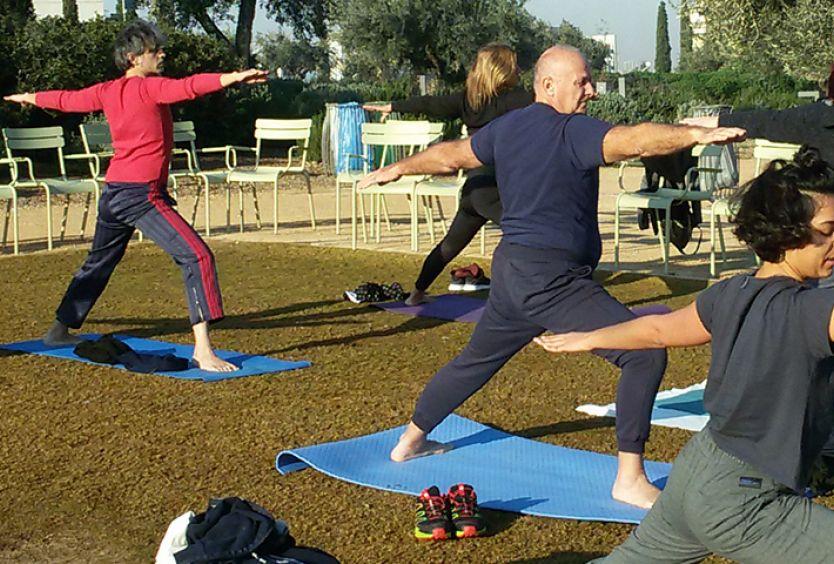 Φωτογραφία που απεικονίζει ανθρώπους να κάνουν yoga στο ΚΠΙΣΝ