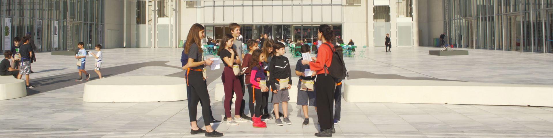 Φωτογραφία με μαθητές που συμμετέχουν σε εκπαιδευτικό πρόγραμμα στην Αγορά του ΚΠΙΣΝ