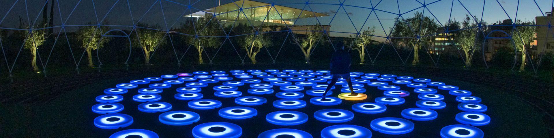 Φωτογραφία από τη φωτεινή εγκατάσταση The Pool στο Πάρκο Σταύρος Νιάρχος